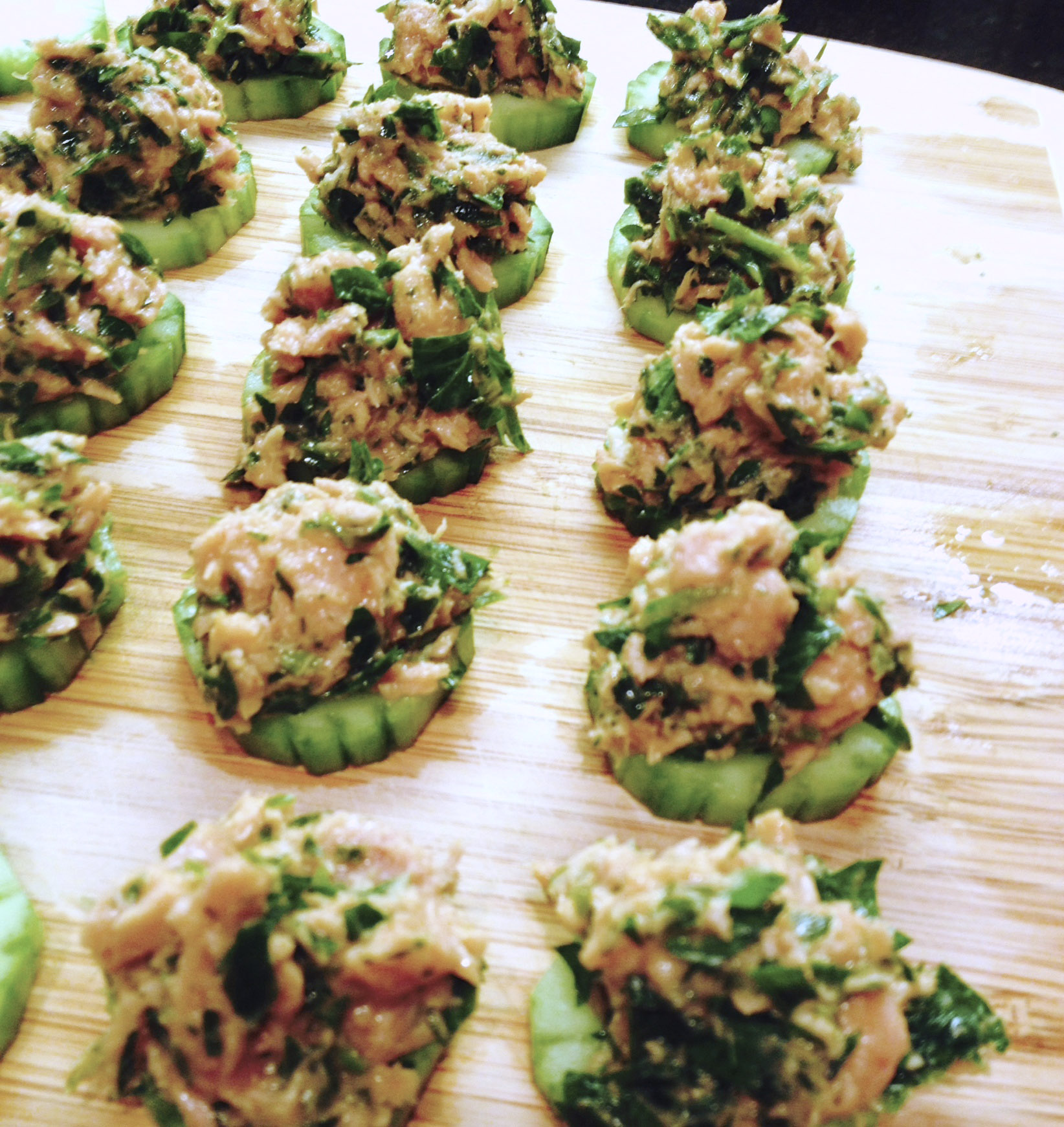 spicy tuna bites on cucumber rounds :: by radish*rose